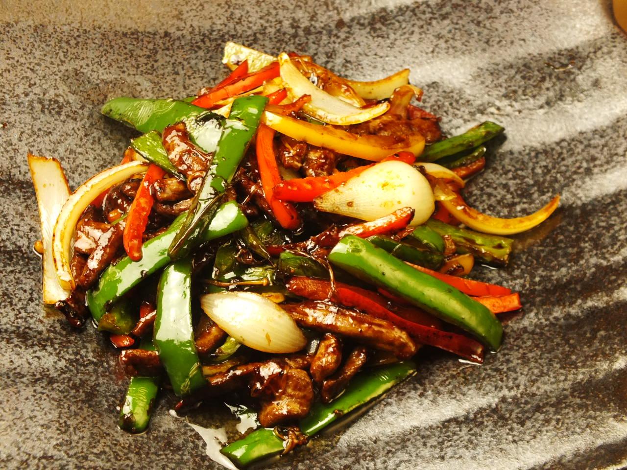 青椒肉絲 (豚肉とパプリカのオイスターソース炒め)