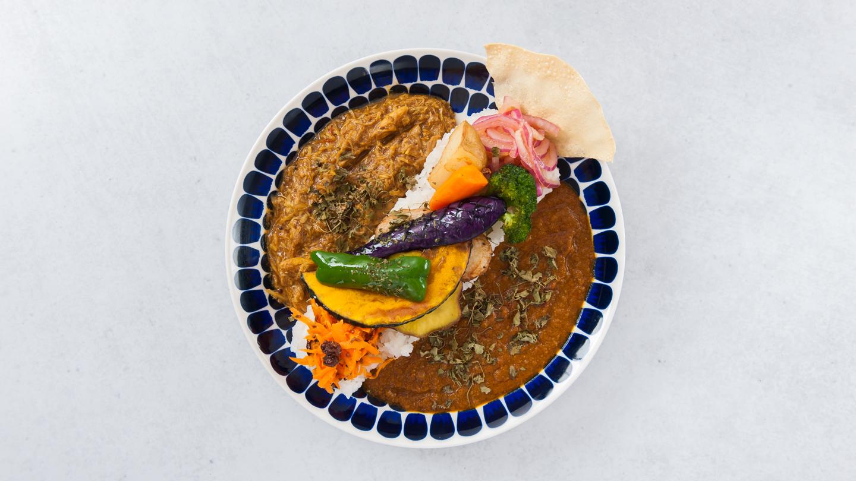 5種の素揚げ野菜  こだわりハチカレー&パキスタン風無水カレーのあいがけカレー