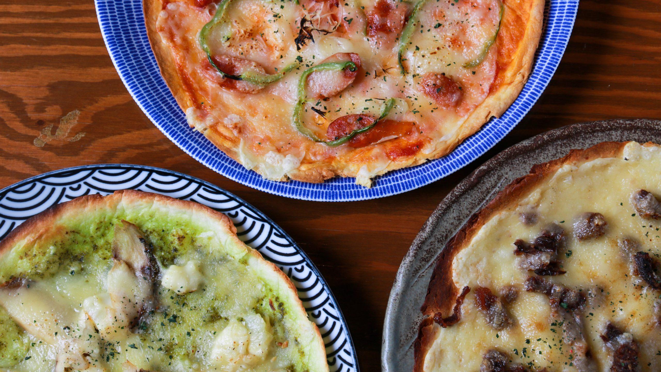 当店ならではの創作おつまみクリスピーピザ!上から喫茶店のピザ、左下が〆鯖とジェノベーゼ、右下がジンギスカンとクミン、
