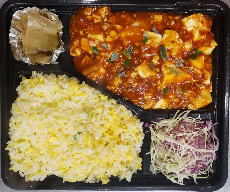 卵チャーハンと麻婆豆腐弁当(麻婆豆腐はニンニク芽炒め、豚肉ジャガイモ炒め、干豆腐モヤシと春雨炒めに変えられる)